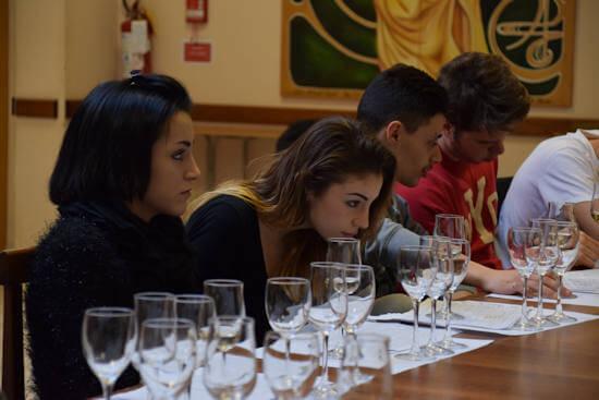 Studenti a lezione di degustazione