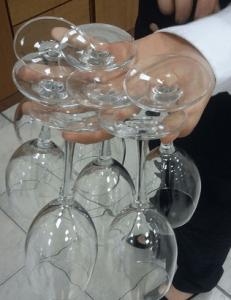 Come si portano i bicchieri sulla mano, non ne portiamo ancora tanti perchè siamo ancora in prima ma il prossimo anno...