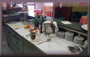 Un banco bar con gli attrezzi di iscelazione e caffetteria