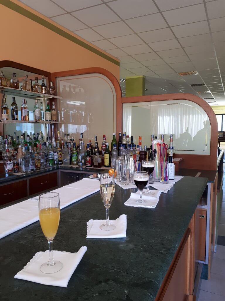 alcuni cocktail, mimosa e irish coffee