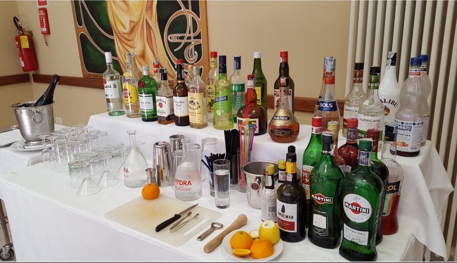 Open bar bottiglie e attrezzatura per la preparazione delle bevande