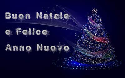 albero di natale e luci con auguri di buon natale e felice anno nuovo