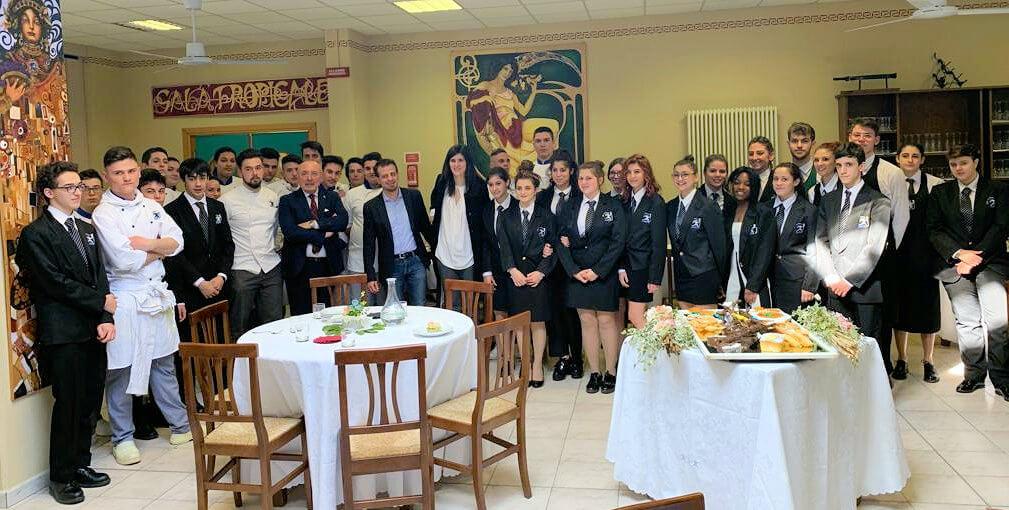 Studenti dell'alberghiero Prever con i sindaci di torino e pinerolo al momento del pranzo