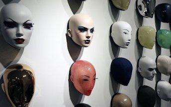 maschere appesa ad un muro