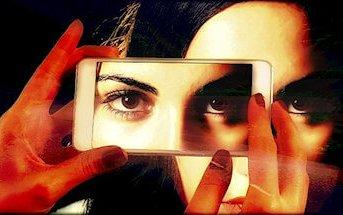 fotografo fotografa con lo smartphone gli occhi di una donna