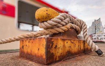 una corda legata all'ormeggio di un molo