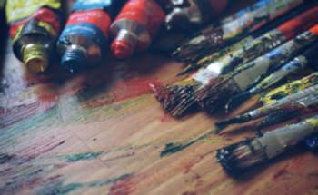 tavolozza con colori e pennelli