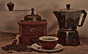 moka, caffè, macinino e tazza di caffè