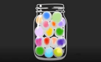 un vaso con palline colorate all'interno