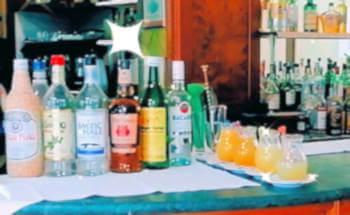 bottiglie di liquori sul anco bar